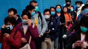 香港市民排队购买预防武汉肺炎的口罩,2020年1月28日。