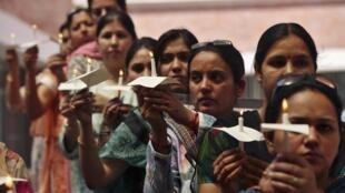 Des manifestantes se recueillent à Jammu après le viol d'une petite fille de 5 ans, le 15 avril  dans un quartier de New Delhi.