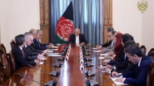 Le président afghan Ashraf Ghani (c) a rencontré le représentant spécial américain pour l'Afghanistan, Zalmay Khalilzad, à Kaboul, le 2 septembre 2019.