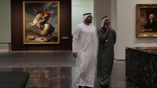 伊朗民众在周一参观展览资料图片
