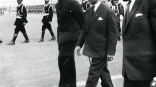 Kwame Nkrumah, président du Ghana (à g.) et l'empereur éthiopien Haïlé Sélassié (au centre), le 25 mai 1963, en Ethiopie.