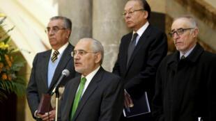 El expresidente Carlos Mesa (centro) y los miembros de la delegación boliviana ante la CPI durante una conferencia de prensa, La Paz, 30 de abril de 2015.