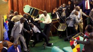 Pour la deuxième journée consécutive, des députés en sont venus aux mains au Parlement ougandais, à Kampala, le 27 septembre 2017.