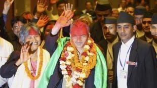 លោក បាប៊ូរ៉ាម បាតតារ៉ៃ (Baburam Bhattarai) (រូបកណ្តាល) ទើបជាប់ឆ្នោតនាយករដ្ឋមន្រ្តីនេប៉ាល់ ថ្ងៃទី ២៨ សីហា ឆ្នំា ២០១១