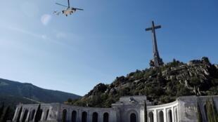 El helicóptero transportando el féretro de Franco sobrevuela el Valle de los Caídos, el 24 de octubre de 2019.