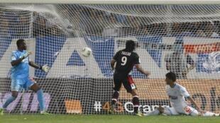 Le Monégasque Radamel Falco (c) marquant un but face à l'OM, au stade Vélodrome à Marseille, le 1er septembre 2013.