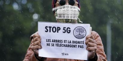 Un manifestant d'Extinction rebellion lors d'une manifestation anti-5G à Bruxelles, le 5 juin 2020.