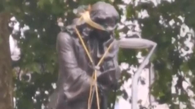 是慈善家 但首先是黑奴贩子:英国示威者推倒慈善家雕像