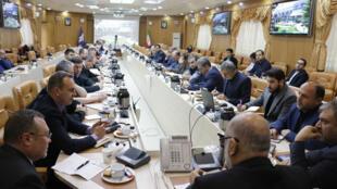 Especialistas em aviação iranianos e ucranianos reunidos em Teerã para investigar as circunstâncias da queda do Boeing 737 ucraniano.