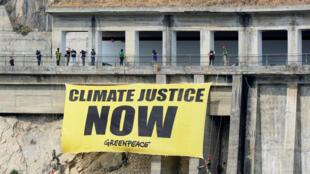 """Greenpeace coloca uma faixa por """"justiça climática"""" em Taormina"""