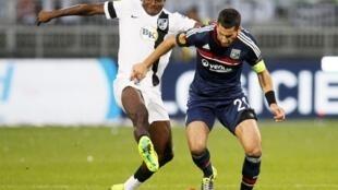 Moussa Maazou do Vitória de Guimarães (Esquerda) e Maxime Gonalons do Lyon (Direita). Os dois autores dos golos do encontro Lyon-Vitória de Guimarães. Arquivo.