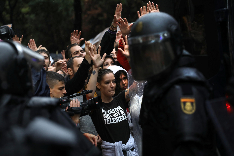 Dès l'ouverture des bureaux de votes, policiers et citoyens se sont affrontés.