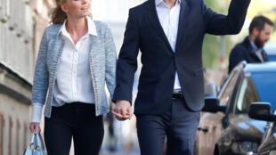 O conservador Sebastian Kurz, fotografado as lado da namorada logo após o voto deste domingo.