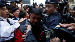 香港警方在公民廣場帶走一名身份不明的男子 2018年1月1日