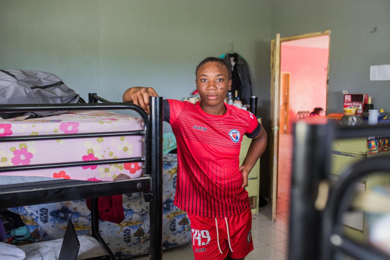 Melchie Daelle Dumornay, de l'équipe de football féminine haitienne est confinée au centre sportif de Croix-des-Bouquets, le 12 mai 2020.