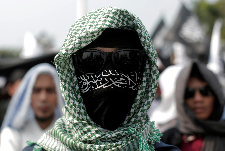 Un membre du parti islamiste Hizbut Tahrir lors de la manifestation contre le décret autorisant le gouvernement indonésien à dissoudre cette organisation politico-religieuse, le 28 juillet 2017, à Jakarta.