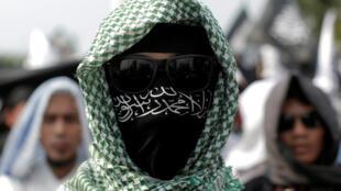 Un membre du parti islamiste Hizbut Tahrir, lors de la manifestation contre le décret autorisant le gouvernement indonésien à dissoudre cette organisation politico-religieuse, le 28 juillet 2017, à Jakarta.