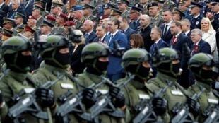Le président serbe Vucic a assisté à la parade entouré de membres du gouvernement et de responsables militaires, le 10 mai à Nis.