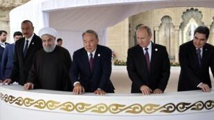 De g à d: les présidents Ilham Aliyev (Azerbaïdjan), Hassan Rohani (Iran), Nursultan Nazarbaïev (Kazakhstan), Vladimir Poutine (Russie), Gurbanguly Berdymukhamedov (Turkménistan), lors du sommet d'Aktaou, au Kazakhstan, le 12 août 2018.