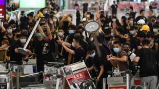香港機場由於抗議者和警察之間的衝突無法正常運行           2019年8月13日