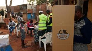 Deuxième tour de l'élection présidentielle en Guinée-Bissau: dans ce bureau de vote en plein air, les électeurs choisissent leur futur président, dimanche 29 décembre 2019.