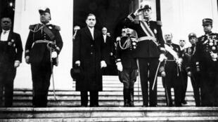 Au centre, le premier ministre Antonio de Oliveira Salazar qui a dirigé le pays durant la période de l'État Nouveau au Portugal.