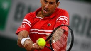 Le Serbe Novak Djokovic, lors de son match du 1er tour contre l'Américain Tennys Sandren, aux Internationaux de France, le 1er juin 2021 au stade de Roland Garros à Paris