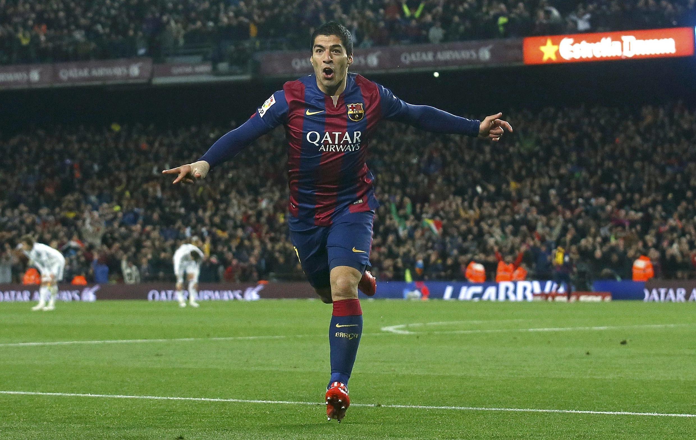 El jugador del equipo de Barcelona Luis Suárez después de marcar un gol contra el Real Madrid en el estadio Camp Nou, Barcelona, 22 de marzo de 2015.