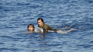 Hai thủy thủ Việt Nam đang bơi về phía cảng Papeete sau khi trốn khỏi chiếc tàu Đài Loan.