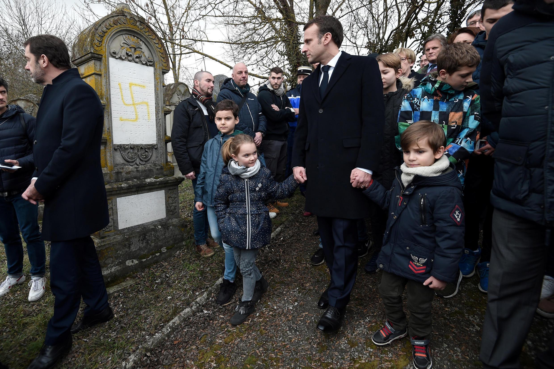 Tổng thống Pháp Emmanuel Macron viếng nghĩa trang người Do Thái bị bôi bẩn ở Quatzenheim, miền đông nước Pháp. Ảnh ngày 19/02/2019.
