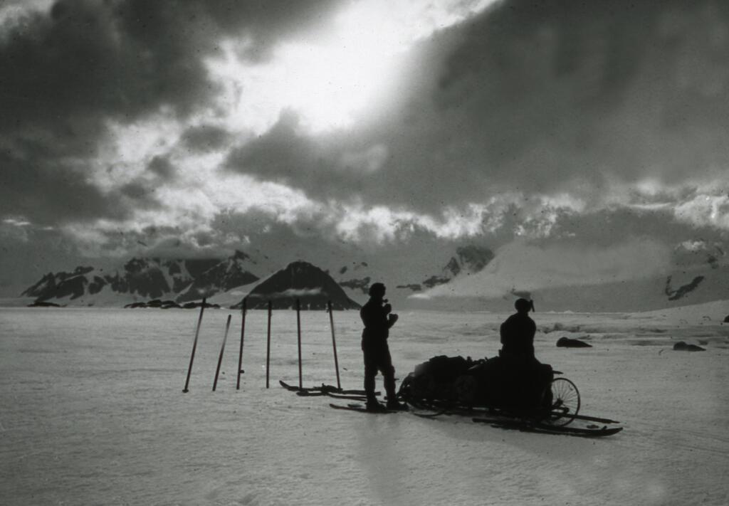 """Un """"raid"""", exploración en trineo por la banquisa de la bahía Margarita, a lo lejos, la isla Léonie y la isla Adelaîde, 1909."""