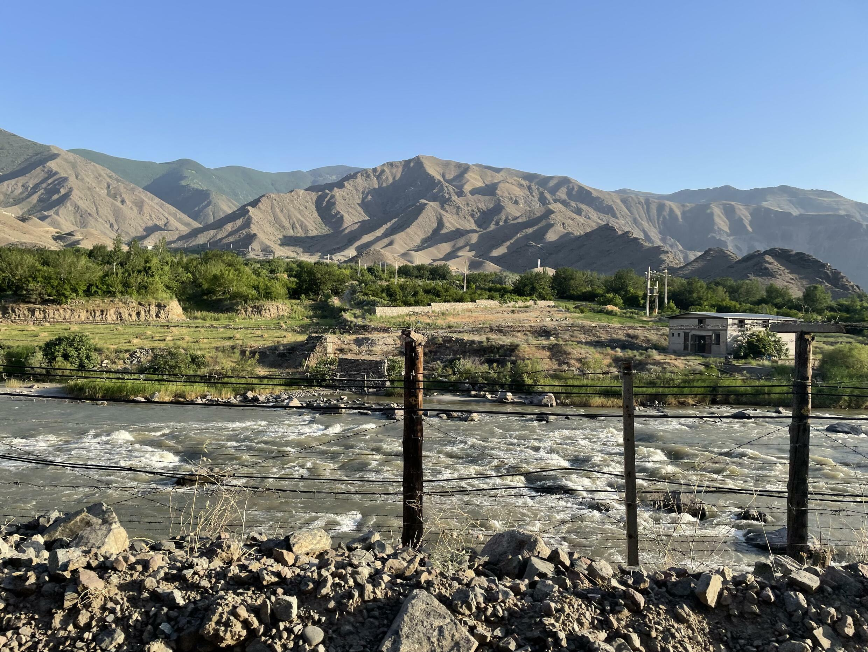 Армяно-иранская граница длиной 35 км проходит по реке Аракс. Сюникская область. Армения. 14 июня 2021 год