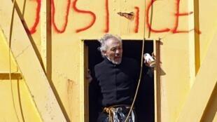 Serge Charnay, en haut de la grue sur laquelle il a tagué « Sauver  les enfants de la justice ».