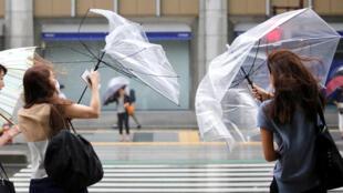 Le vent se lève à Tokyo à l'approche du typhon Shanshan, le 8 août 2018.