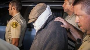 Nakoula Basseley Nakoula é escortado por policiais diante de sua casa na Califórnia em foto de 15 de setembro.