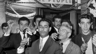 Des Algériens de Paris célèbrent en famille l'indépendance de l'Algérie dans le quartier de la Goutte d'Or, le 5 juillet 1962.