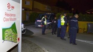 A polícia bloca o acesso ao condomínio onde os quatro corpos foram encontrado em Salon-de-Provence nesta segunda-feira.