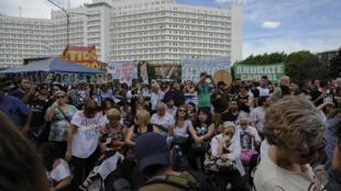 Un écran géant était placé devant le palais de justice, où des centaines de personnes attendaient la lecture du verdict du procès Esma, mercredi 29 novembre à Buenos Aires.