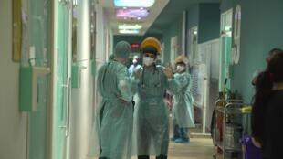 Personnel hospitalier à l'hôpital Kindi à Bagdad, en Irak, lors de la deuxième vague de la pandémie de coronavirus, en mars 2021.