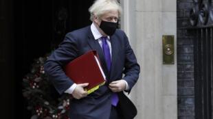Le Premier ministre britannique Boris Johnson sort de Downing Street le 2 décembre 2020.