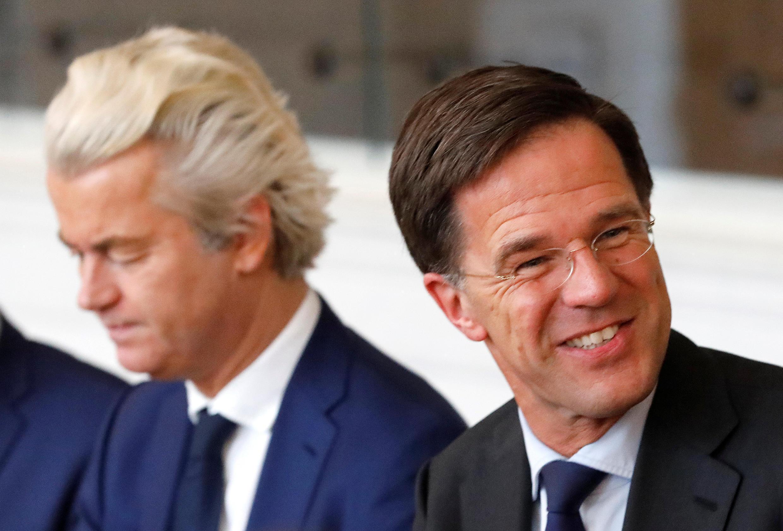 法广存档图片 - Image d'archive RFI : Le Premier ministre néerlandais Mark Rutte (à droite) du parti libéral VVD et le politicien d'extrême droite néerlandais Geert Wilders du parti PVV (à gauche).