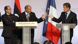 Mustafa Abdel Jalil (centro), presidente do CNT, entre Mahmoud Jibril (à esquerda) e o presidente Nicolas Sarkozy durante entrevista no Palácio do Eliseu, em Paris.