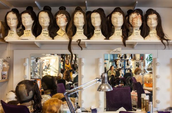 В Парижской опере около ста постоянных хористов, и у каждого мастерская сняла мерки для париков.