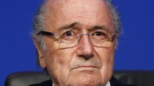 Sepp Blatter et Michel Platini suspendus pendant 8 ans par la FIFA.