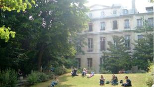 Dans les jardins de Sciences Po Paris.