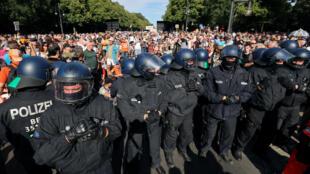 """روز شنبه اول اوت/١١ مرداد، بیش از ٢٠ هزار تن در مخالفت با محدودیت های مرتبط با کرونا در پایتخت آلمان با شعار """"پایان پاندِمی، روز آزادی"""" دست به تظاهرات زدند."""
