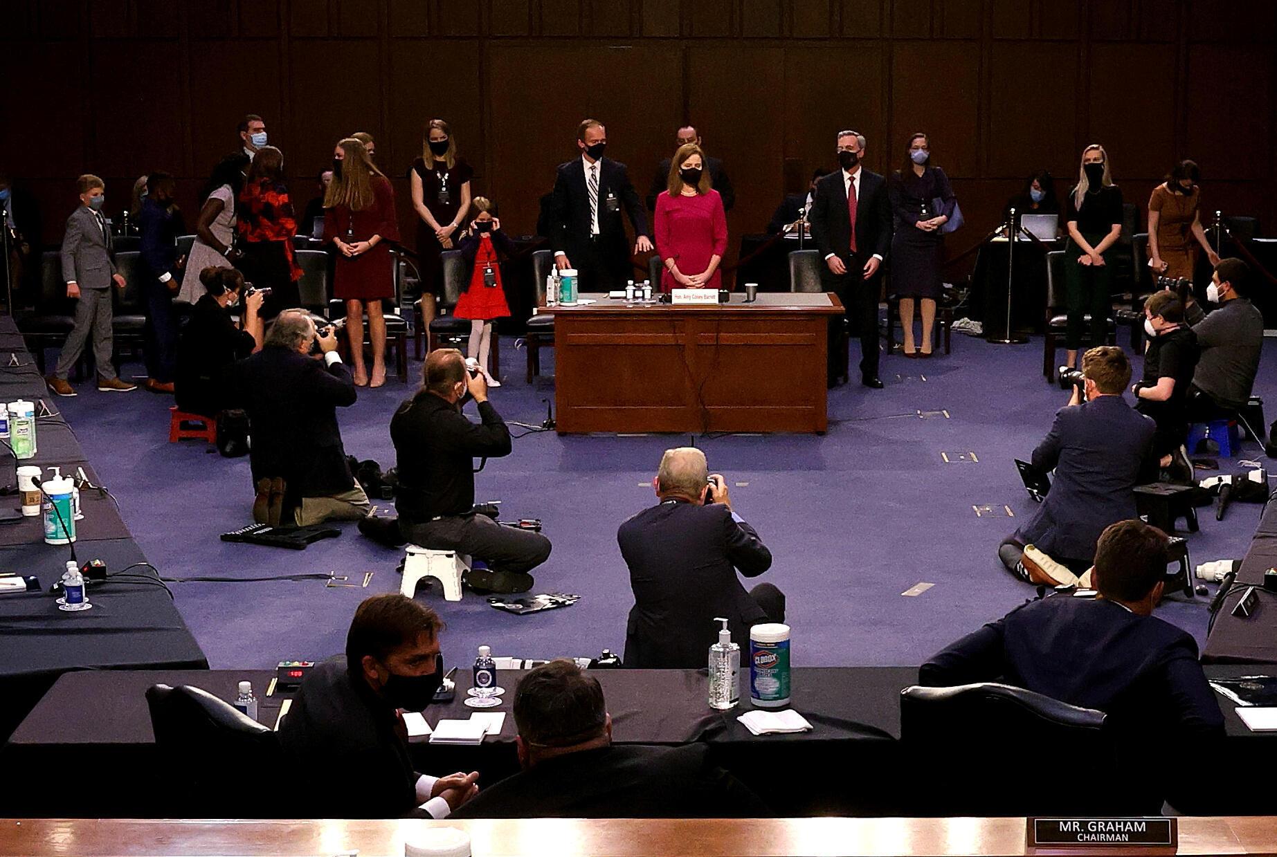 Thẩm phán Amy Coney Barrett (đứng giữa áo đỏ) trong cuộc điều trần tại Thượng Viện Mỹ,  Washington, ngày 12/10/2020.