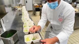 El chef francés con tres estrellas Michelin Christopher Coutanceau prepara platos para repartir a domicilio el 7 de mayo de 2020 en su restaurante en La Rochelle, en el oeste de Francia