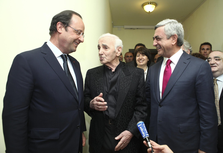 Шарль Азнавур с президентом Франции Франсуа Олландом и президентом Армении Сержем Саргсяном после концерта в Ереване 12 мая 2014.