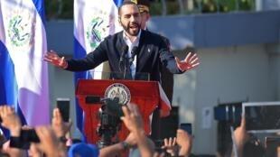 Le président salvadorien Nayib Bukele harangue ses partisans devant l'Assemblée nationale à San Salvador le 9 février 2020.